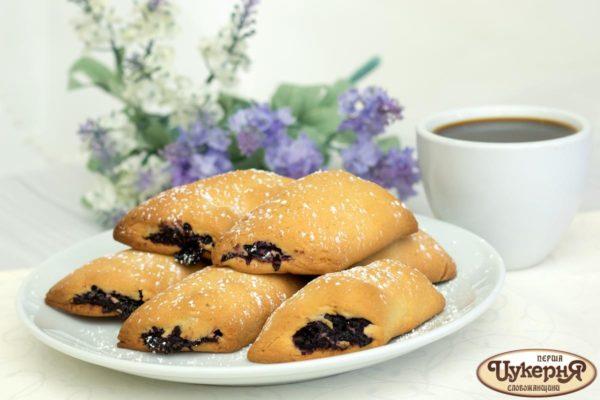 Печенье фруктовые палочки и чашка кофе