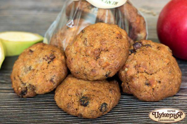 Печенье со свежими фруктами и орехами