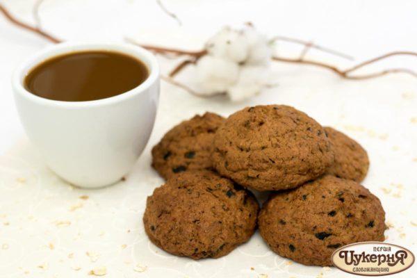 Печенье овсяное с черносливом и чашечкой кофе