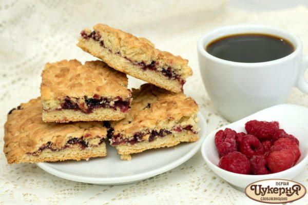 Кусочки тертого печенья с кофе