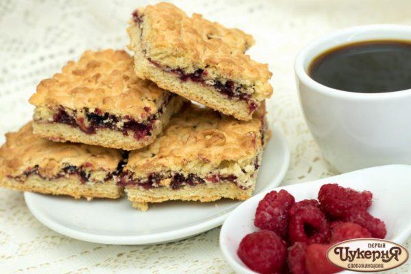 Тертой печенье с малиной и кофе