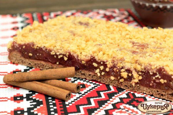 Пирог со сливой и корицей