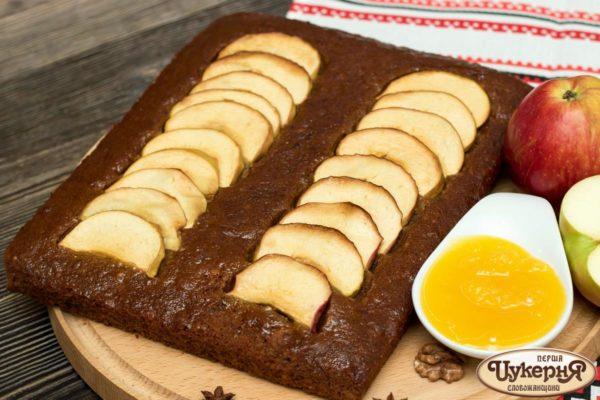 Коврижка с медом и яблоками