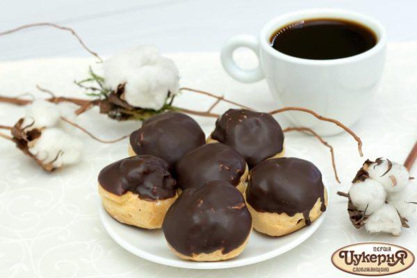 Профитроли и чашечка кофе