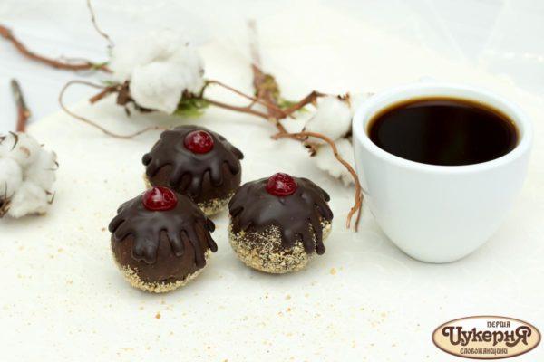 Шоколадное пирожное и чашка кофе
