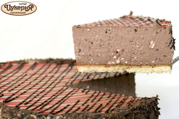 Кусочек шоколадного чизкейка с клубникой