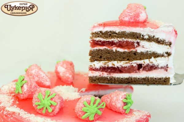 Кусочек торта со свежей клубникой