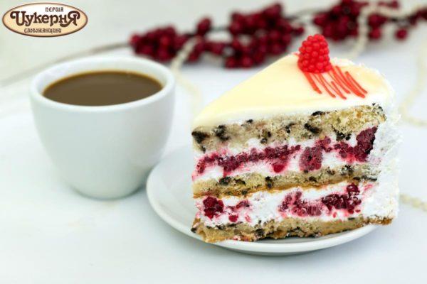 Торт со свежей малиной и чашкой кофе