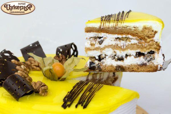 Кусочек медового торта с черносливом