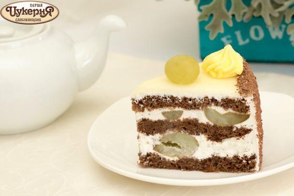 Кусочек шоколадного тортика с виноградом