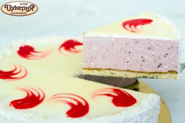 Кусочек творожного десерта с клубникой