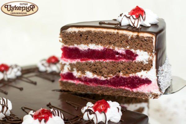 Кусочек торта с вишней